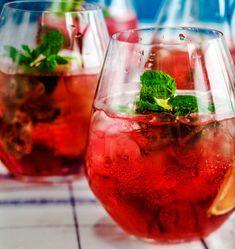 Bileet potkaistaan alkuun Pink mojito -drinkillä, jossa maistuu karpalo. Herkullinen alkoholiton vaihtoehto syntyy käyttämällä juomaan puolet … Mojito, Alcoholic Drinks, Beverages, Hookah Lounge, Drink Dispenser, Frappe, Refreshing Drinks, Smoothies, Wine Glass