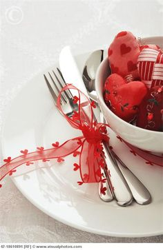 Love this table setting for Valentine's Day!