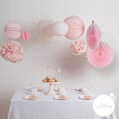 Lot de lampions et pompons dans les tons de rose pour un anniversaire ou une fête