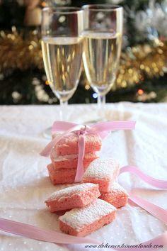 Oggi vi presento uno dei biscotti più antichi della tradizione culinaria: i biscotti rosa di Reims. Una ricetta semplice e di sicura riusc...
