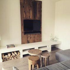 TV wand met daarbij een tv meubel op maat gemaakt. Wand is gemaakt van zeer oude eiken planken.    Gemaakt door arnodiarno    Kijk ook op www.arnodiarno.nl voor nog meer leuke artikelen