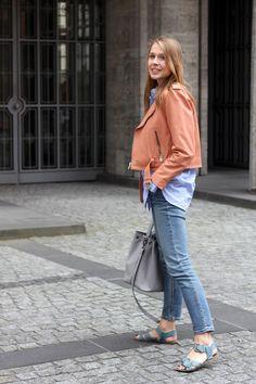 Outfit: Rosa Leder und hellblaue Streifen