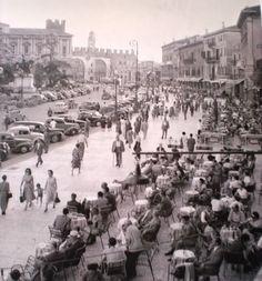 Piazza Bra - Anni '50 http://www.veronavintage.it/verona-antica/immagini-storiche-verona/piazza-bra-anni-50-60