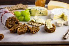 Recept voor kaasplankje voor 4 personen. Met aluminiumfolie, Gedroogde vijg, dadel, notenmix, blauwe kaas, camembert, manchego, kaneel, honing, jam en bloem