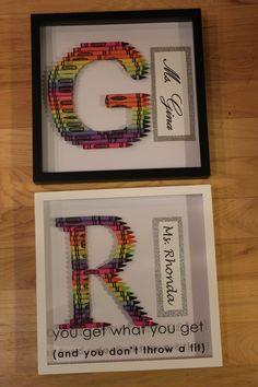 Crayon Initials For Teacher Gifts! Teacher Wreaths, School Wreaths, Crayon Letter, Crayon Art, Melted Crayons, Broken Crayons, Dyi Crafts, Crafts For Kids, Crayon Wreaths