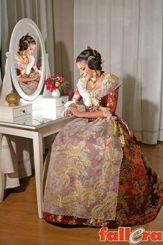 Serrano 02 Poses, Dresses, Fashion, Victorian Dresses, Elegance Fashion, Antigua, Dressmaking, Figure Poses, Vestidos