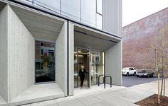 Das Erdgeschoss ist mit einer futuristisch anmutenden Holzfassade verkleidet. @ Joshua Jay Elliott