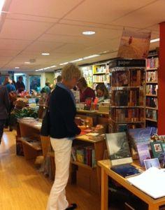 14 juni 2012: Bezoekers voor de avond met Yolande Kylstra kijken rond in de winkel