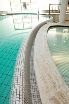 l'ampia piscina con idromassaggio interno ed esterno per un bagno anche sotto la #neve...in #trentino
