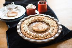 La pumpkin pie, classica torta di zucca americana, si prepara per la festa di Halloween e del Ringraziamento: ecco la ricetta facile proposta da Agrodolce.