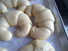 Tα ''κρουασάν'' είναι τα γνωστά ψωμάκια σε σχήμα ημικυκλικό,σαν μισοφέγγαρο,που τα πουλάνε οι φούρνοι και τα ζαχαροπλαστεία,είτε με ζάχαρη,είτε με μαρμελάδα,ή σοκολάτα κλπ,κλπ...Η προέλευση της λέξεως αυτής όμως κρύβει μια πολύ περίεργη ιστορία... Κρουασάν είναι κατά κυριολεξία γαλλική λέξη,μετοχή του ρήματος κρουάτρ=αυξάνω. Με την λέξη αυτή εννοούν και την ημισέληνο. Όμως από την ημισέληνο μέχρι… Croissant, Cooking Recipes, Bread, Cookies, Desserts, Food, Crack Crackers, Postres, Chef Recipes