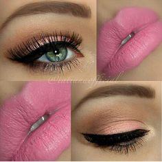 Sombra e batom rosas.