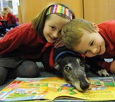 Los niños y el perro disfrutando de la lectura