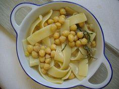 <p>Les laganeaux pois chichessont l'un des plats les plus représentatifs de la cuisine de la Basilicate. Les laganesont despâtes au blé durfaites à partir d'une feuille assez mince, coupée ensuite en bandes d'1 cm de largeur. Cette recette est aussi appelée « plat du brigand », car elle aurait été