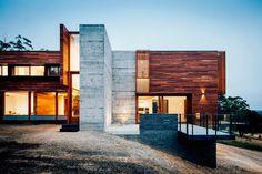 Современный двухэтажный дом из дерева и бетона от студии Moloney / CURATED.ru