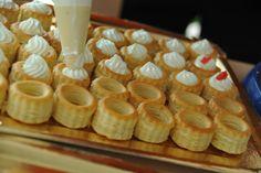 Rellenando los Custar mini de  paté de foie y caviar