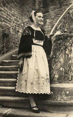 Ma grand-mère paternelle était habillée comme ça et ne sortait pas de sa chambre sans sa coiffe !!! Costume de Guéméné  carte postale ancienne de Bretagne