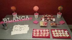 Mesa Dulce con decoración de la Minion Rosa, para la Comunión de Blanca!  Árboles, vasitos con el nombre de cada nene, chocobolas, lacasitos y galletas!