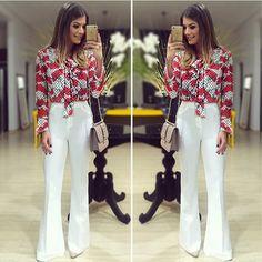 Calça flare branca e camisa estampada. Visual clean e elegante.