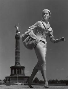 """Mode 1950er Jahre """"Neue Perspektiven"""", Kostüm von S & E - Uli Richter F.C. Gundlach Berlin 1957"""