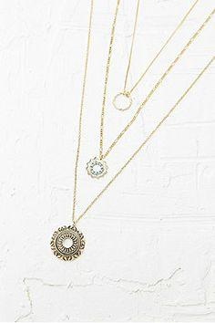 Collier doré multirangs avec pendentifs anneaux