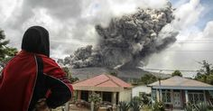 8.out.2014 - Uma mulher observa a erupção do vulcão Sinabung, na província de Sumatra, na Indonésia. O vulcão entrou em erupção em fevereiro deixando 15 mortos e forçando milhares de pessoas a deixarem suas casas Imagem: YT Haryono/Reuters