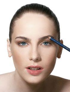 As sobrancelhas podem ser moldadas da forma que desejamos, algumas pessoas desejam ela mais fina, outras mais grossas, mais desenhas, outras mais naturais,