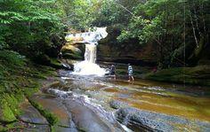 Queda d'água no Complexo do Santuário em Presidente Figueiredo, Amazonas, Brasil. Cachoeiras, grutas, cavernas e observação de pássaros são os atrativos desta cidade da Amazônia brasileira. Também atrai o público interessado em esportes radicais. Fotografia: http://g1.globo.com