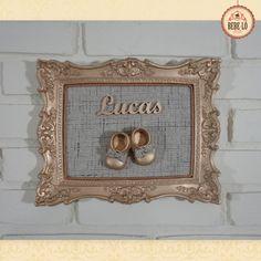 Quadro Provençal Dourado (Frete grátis*) <br> <br>Um quadro muito sofisticado para esperar seu príncipe! <br> <br>Quadro para decorar porta de quarto/maternidade com moldura provençal em resina pintada em dourado. O centro é de madeira revestida com tecido nobre. O sapatinho é em resina e o nome em mdf, ambos pintados em dourado. <br> <br>O tom da moldura e o tecido podem variar de acordo com a decoração do quarto ou gosto pessoal do cliente. <br> <br>Antes de enviar o produto final pelo…