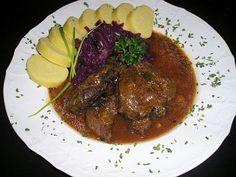 Kančí plátky dušené na brusinkách Goulash, Pavlova, Steak, Beef, Foods, Lemon, Kochen, Meat, Food Food