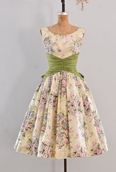 awesome Jupon en tulle : vintage dress - party dress / floral print / belle of the ball Vintage 1950s Dresses, Vintage Outfits, 50s Vintage, 1950s Fashion, Vintage Fashion, Fashion 2020, Fashion Fashion, Pretty Dresses, Beautiful Dresses