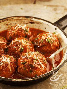 Le Polpette in salsa di pomodoro preparate con carne e melanzane e insaporite con caciocavallo e basilico. Una ricetta semplice e golosa!