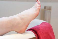 Dé tip voor zachte voeten: een scheerschuim-listerine behandeling! Simpel en snel van je eelt af met deze handige tip.
