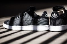 "La Stan Smith enfile un nouveau motif. Redécouvrez la en version ""Core Black/Running White"" !"