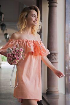 Платье с воланом, персиковое в горох
