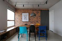 Com 70 m², o apartamento em São Paulo ganhou acabamentos como tijolo e concreto e mobiliário inteligente no projeto do SP Estudio