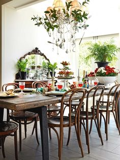 The secret to styling the Christmas table setting in this Westmere villa is colour blocking.