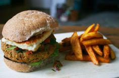 Hef's Kitchen: Falafel Burger with Halloumi and Homemade Salsa Falafel Burgers, Salmon Burgers, Halloumi Cheese Recipes, Vegan Vegetarian, Vegetarian Recipes, Veggie Heaven, Homemade Salsa, Veggie Recipes, Food Inspiration