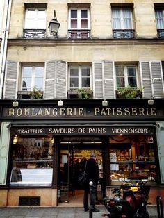 パリの街でよく見かけるパン屋さん兼お菓子屋さんである、Boulangerie・Patisserie(ブーランジェリー・パティセリー)。庶民に日常的に愛されるパンやお菓子を売っています。