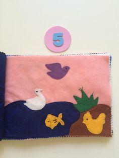Genesis 1: Deus criou os céus e a terra. Dia 05: Deus fez as aves e os peixes. Livro feito em feltro.