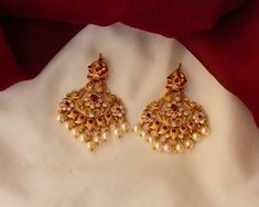 Check out some of the breathtaking imitation antique jewellery designs like necklace sets and earrings from this popular brand called Karuni Jewellers. Indian Jewelry Earrings, Jewelry Design Earrings, Gold Earrings Designs, Jhumka Designs, Bridal Earrings, Pearl Earrings, Gold Bangles Design, Gold Jewellery Design, Antique Jewellery Designs