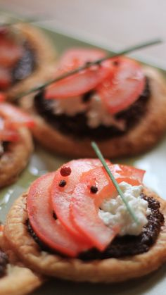 Tartlets with tapenade, with feta and tomatoes! A simple and fast recipe to impress your guests. Snacks Für Party, Easy Snacks, Appetizers For Party, Appetizer Recipes, Easy Meals, Thanksgiving Appetizers, Thanksgiving Recipes, Xmas Food, Tostadas