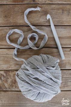 El trapillo Soft de SusiMiu es una cinta similar al Trapillo común,pero con una gran diferencia: Una bobina de Trapillo SOFT pesa 200 gramos, y sin embargo, cunde tanto como una bobina de trapillo común de 800 gramos. Esto hace que este nuevo trapillo sea ideal para tejer artículos que exijan poco peso como: bolsos, zapatillas, muñecos amigurumi…. aunque también son perfectos para tejer cualquier tipo de alfombra.  Las bobinas tienen 0 nudos y 0 cambios de grosor