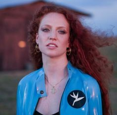 The singer Jess Glynne in a blue latex jacket and pants by Atsuko Kudo in her music. Jess Glynne, Women In Music, Super Long Hair, Lorde, Female Singers, Her Music, Celebs, Celebrities, Pretty Woman