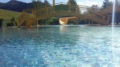 Deze foto is gemaakt op 10 juni 2016. In de maand juni  zijn vaak al veel mooie dagen. Het openlucht zwembad is verwarmd tot 24 graden, dus een heerlijke temeratuur voor een duik in het zwembad. Juni is een mooie periode om Maria Alm te bezoeken, alle liften zijn vrij van entree als je in het bezit bent van de Hochkönig card. De Hochkönig card krijg je bij minimaal 1 overnachting in Hotel Sonnenlicht. Mansions, House Styles, Home Decor, Sunlight, Mansion Houses, Homemade Home Decor, Manor Houses, Fancy Houses, Decoration Home