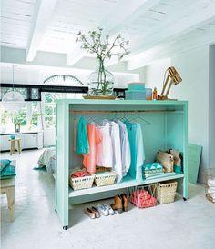 ¿Cómo sectorizar monoambientes y deptos de pocos metros cuadrados? Con un poco de profundidad, el respaldo de la cama puede convertirse en vestidor y guardarropa.