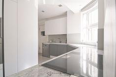 La cocina de Fernando y Laura - vista general #cocina #kitchen #diseño #design #blanco #white #gris #grey #iluminacion #lighting #comedor #dinning
