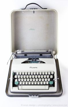 Olympia SM9 De Luxe Manual Portable Typewriter + Hard Case / West Germany 1966