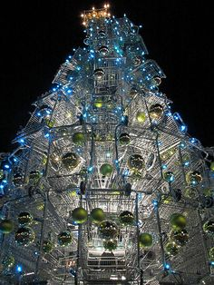 This 33 feet holiday attraction at a mall in Santa Monica is made up of 86 shopping carts. Designed by Anthony Schmitt, this towering tree is made by balancing one shopping cart on top of another.