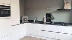 Binnenkijken bij Chantal - My Simply Special Sage Green Kitchen, Green Kitchen Walls, Kitchen Wall Colors, Kitchen Paint, Kitchen Cabinets, Modern Farmhouse Kitchens, Home Kitchens, Kitchen Living, New Kitchen